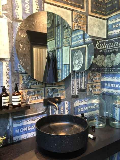 Gros point sur la vasque dans uen salle de bains revêtue de papier peint Wall&Deco