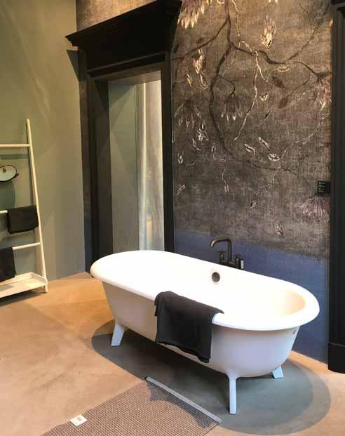 Baignoire devant un mur habillé d'un papier peint Wall&Deco