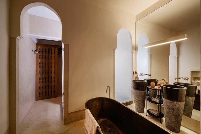 Salle de bains de style marocain avec lavabos totems en pierre