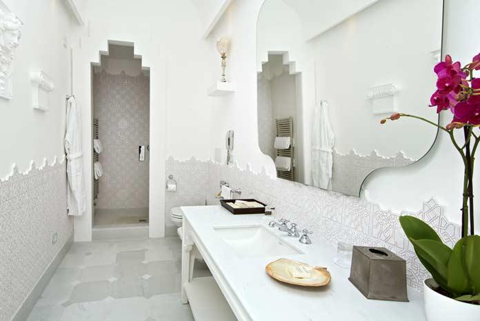salle de bains de style marocain, avec carreaux façon plâtre ciselé