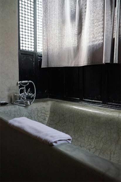 Salle de bains de style marocain, avec une baignoire revêtue de tadelakt