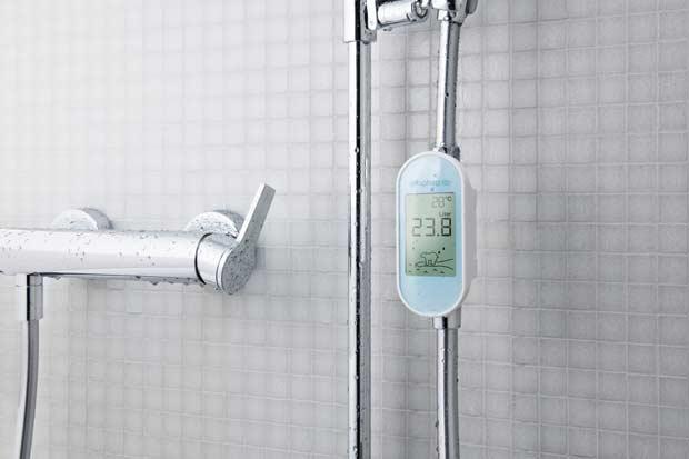 Dans une cabine de douche, un écran Amphiro