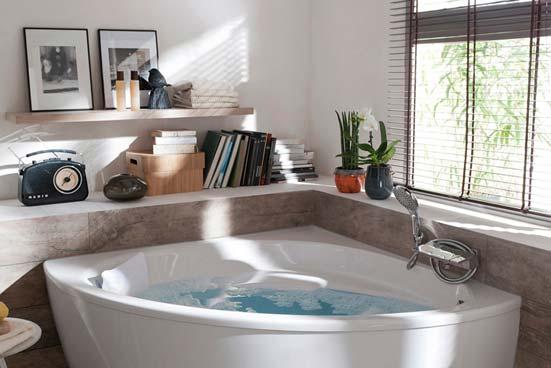 Coin déco dans la salle de bains: autour de la baignoire d'angle