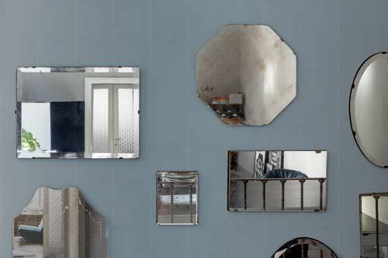 coin déco dans la salle de bains : un mur de miroirs anciens