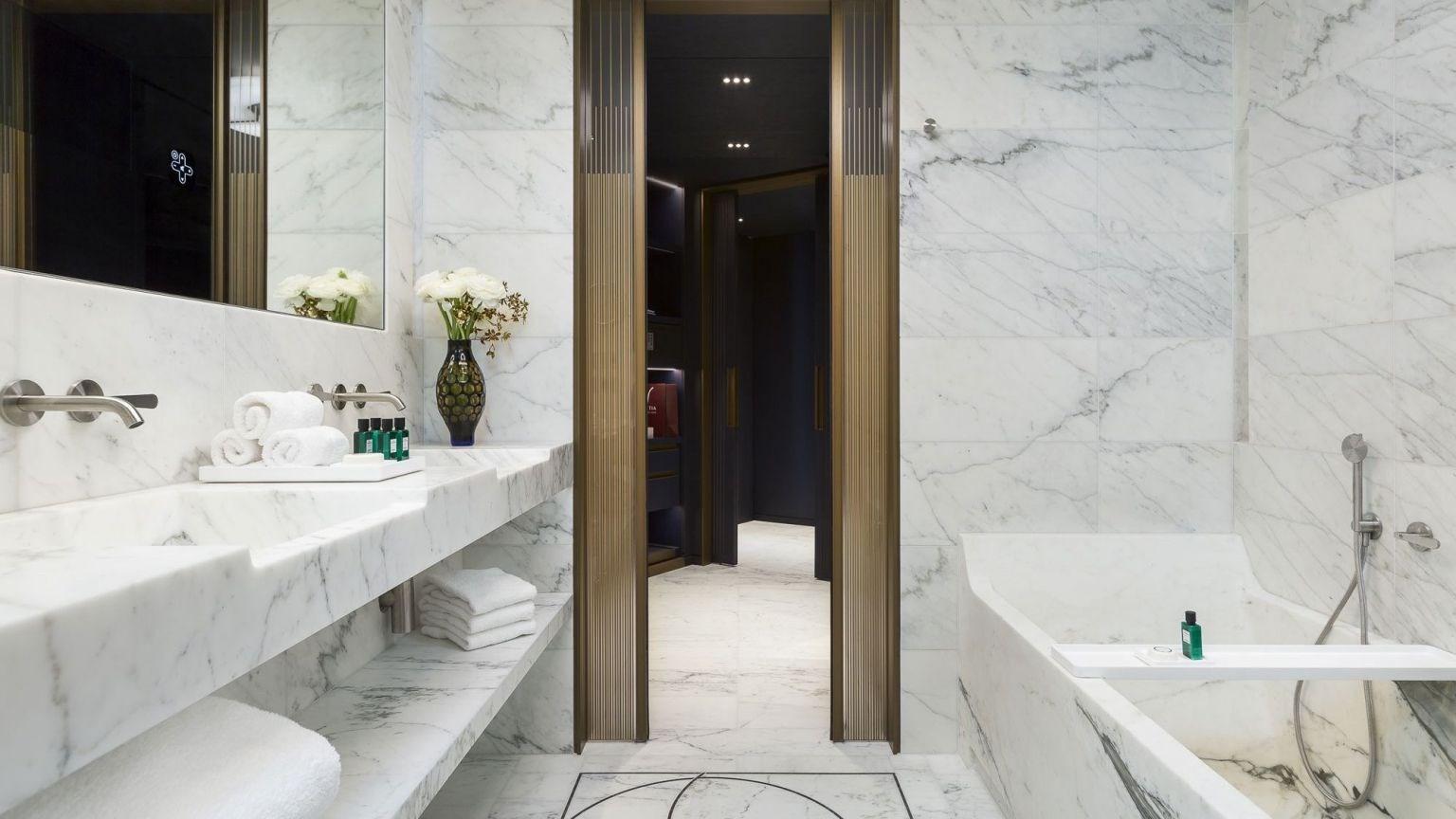 Les salles de bains de l'hôtel Lutetia : toutes de marbre blanc vêtues