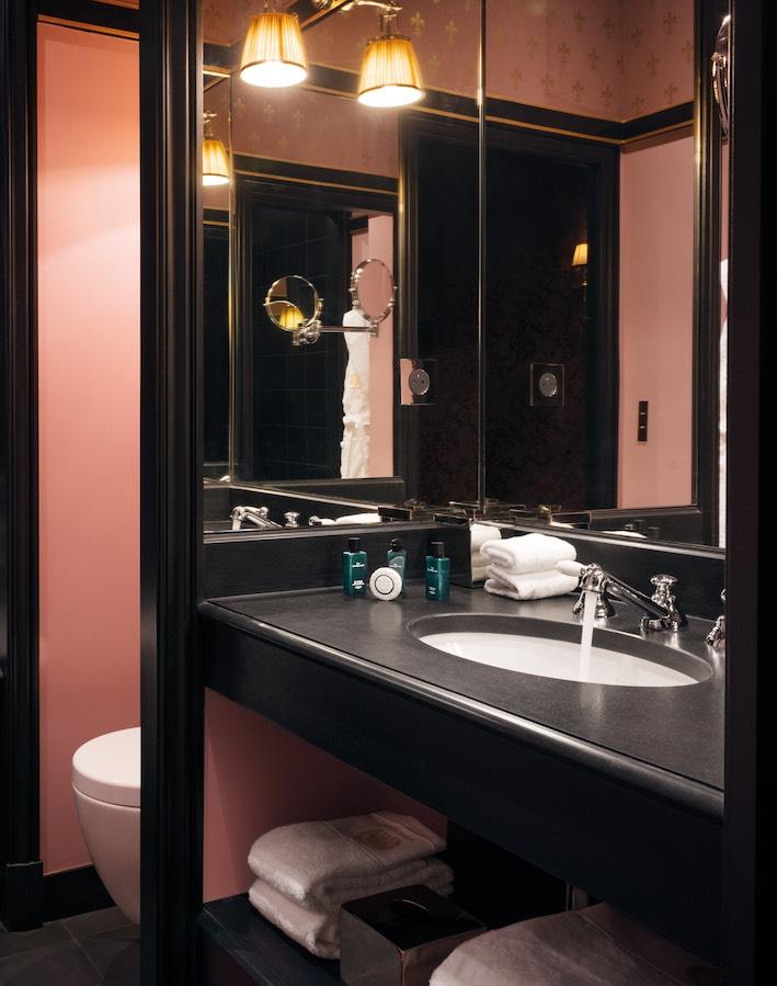 Salle de bain rose : un exemple de mariage avec du noir, dans une salle de bains de l'hôtel Maison Souquet