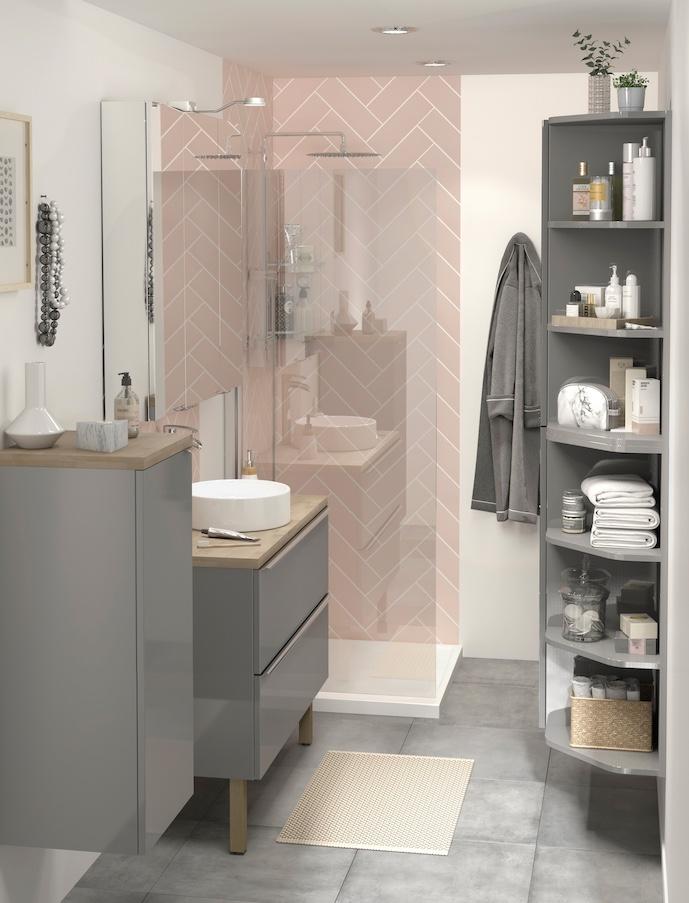 Salle de bain rose : mur pastel et meuble brun foncé