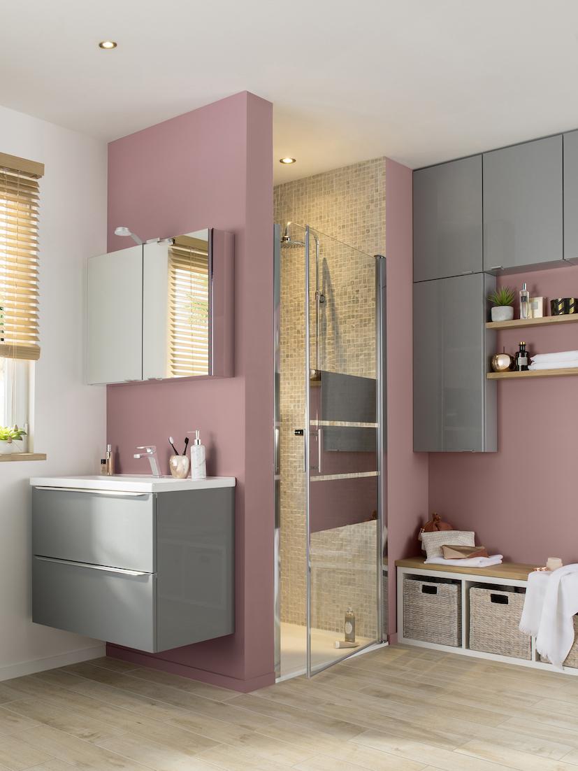 Salle de bain rose : avec des meubles gris taupe