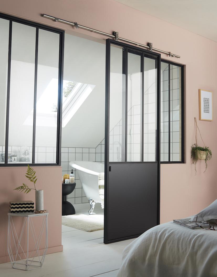 Salle de bain rose : avec une cloison verrière noire