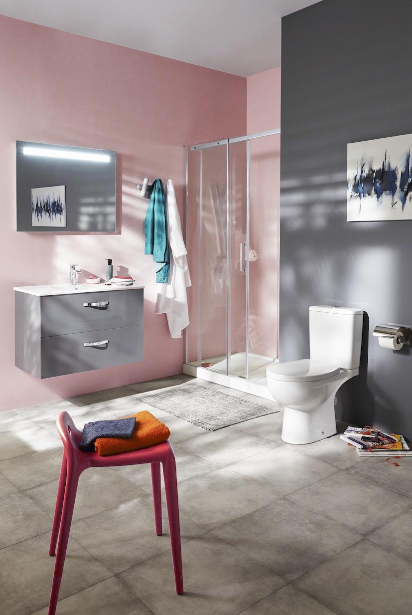 Salle de bain rose : avec des murs gris taupe