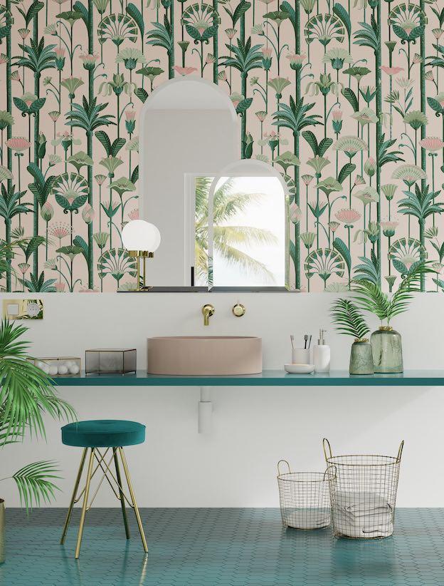 Salla-de-bains-avec-papier-peint-printanier