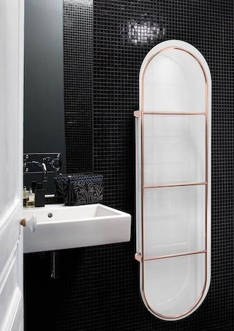 seche-serviettes-blanc-dans une-salle-de-bains-aux-murs-noirs