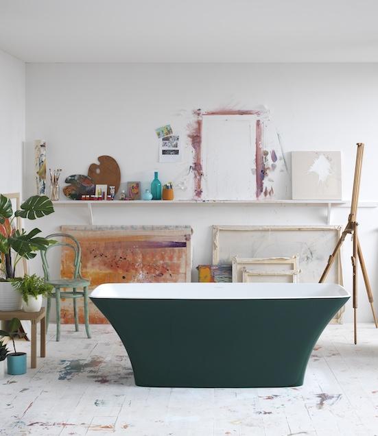 Baignoire-ilot-verte-dans-un-atelier-de-peinture