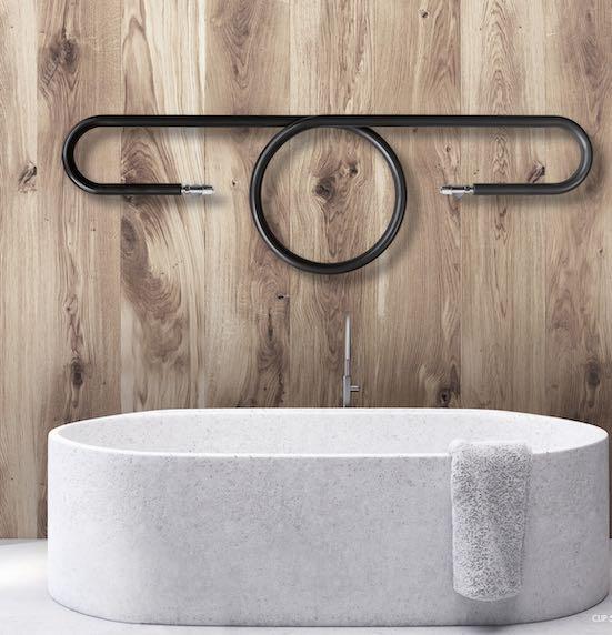 Radiateur-en-forme-de-trombone-au-dessus-d'une-baignoire