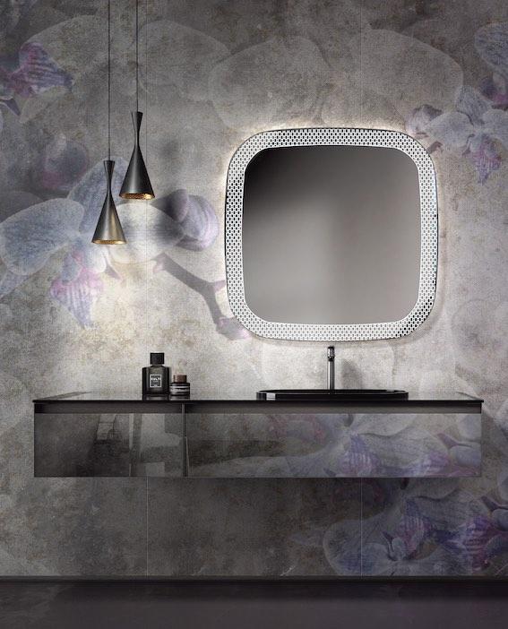 Meuble de salle de bain avec papier peint adapté