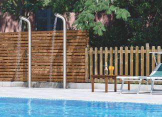 Deux colonnes de douche au bord d'une piscine
