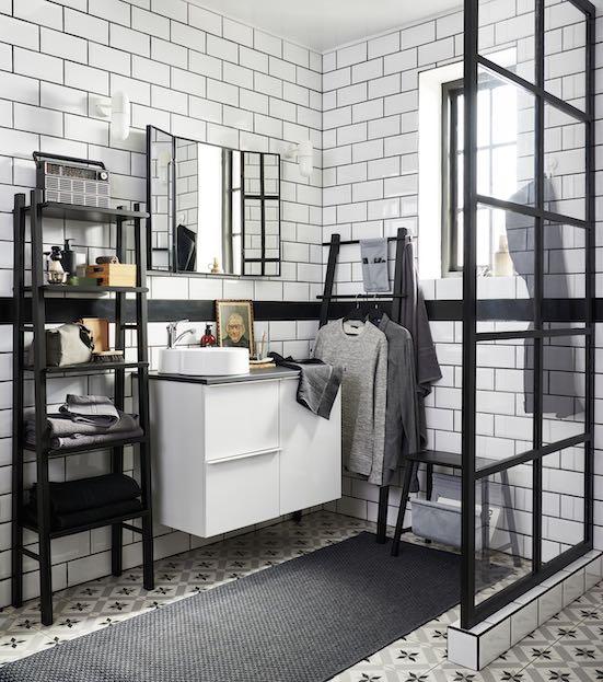 salle de bain carrelée de blanc avec joints noirs