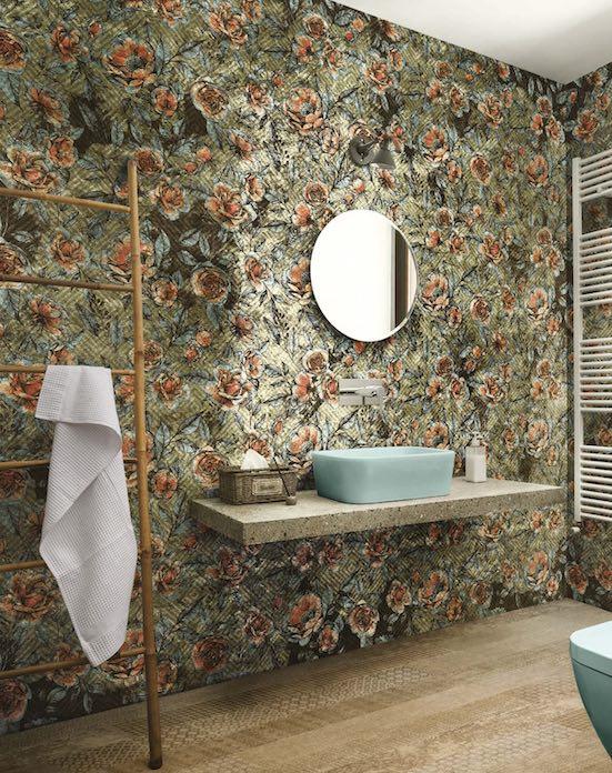 Papier peint fleuri dans la salle de bain