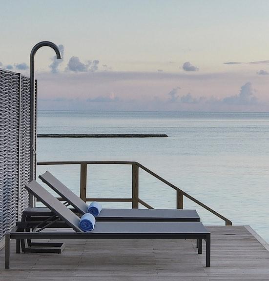Douche extérieur sur une terrasse en bois