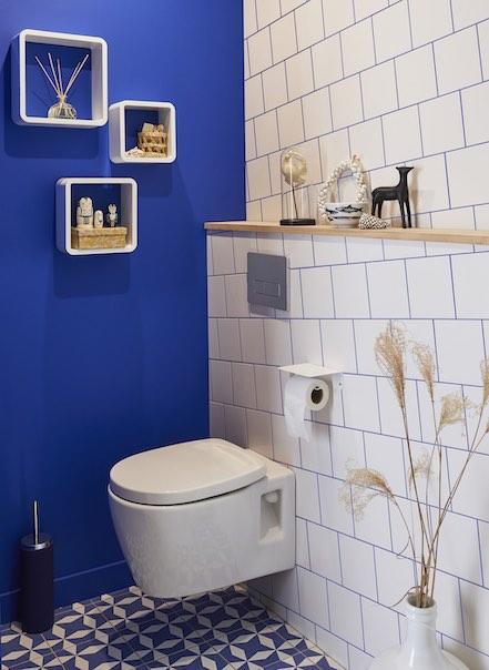 Toilettes avec carrelage à joints bleu marine