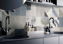 Patchwork de carreaux au-dessus du lavabo