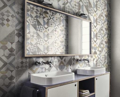 Salle de bains avec carrelage posé en patchwork