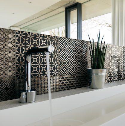 Crédence de lavabo en carrelage patchwork