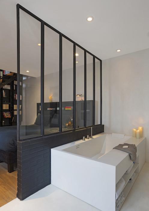 Une cloison verrière pour réunir salle de bains et chambre ...