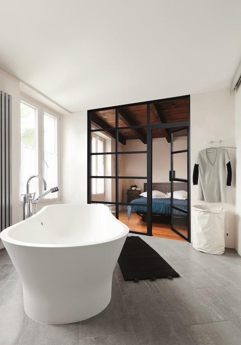 Joli verrière noir entre chambre et salle de bain