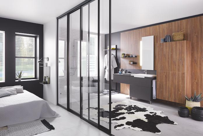 Haute cloison verrière entre chambre et salle de bain