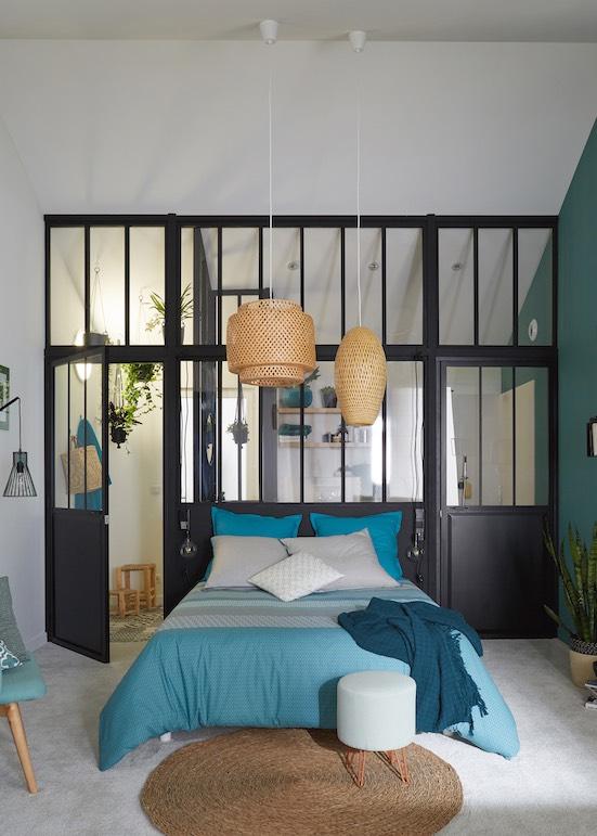 Verrière tête de lit entre chambre et salle de bain
