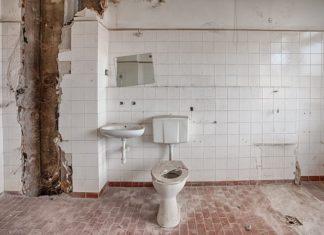 Salle de bain en cours de démolition