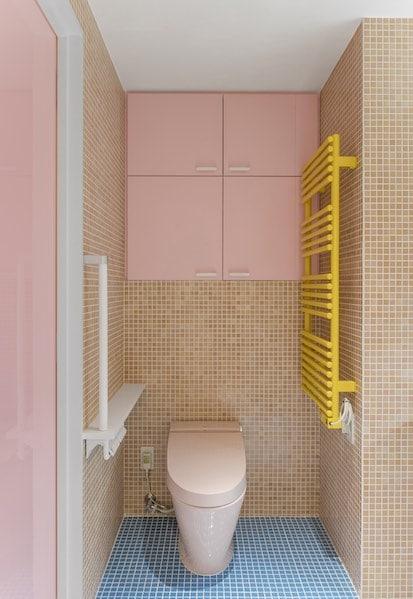 WC lavant dans une ambiance colorée