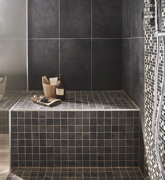 muret servant de siège dans la douche