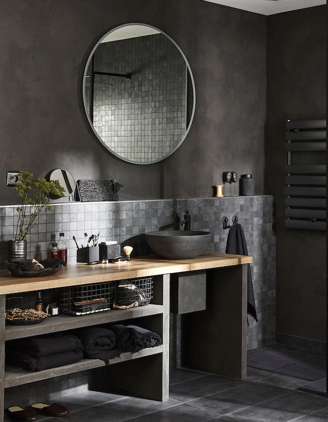 salle de bain avec un petit mur soubassement