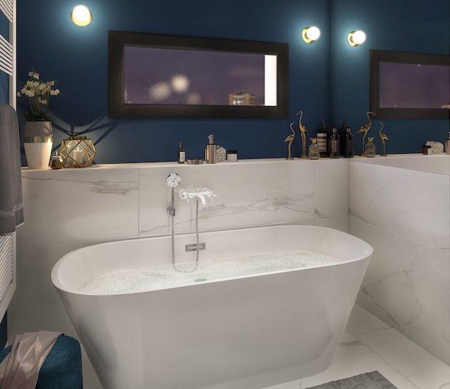 une baignoire ilot devant un petit mur