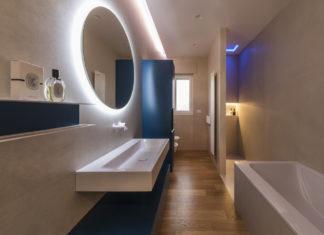 une salle de bains couloir avec un long lavabo
