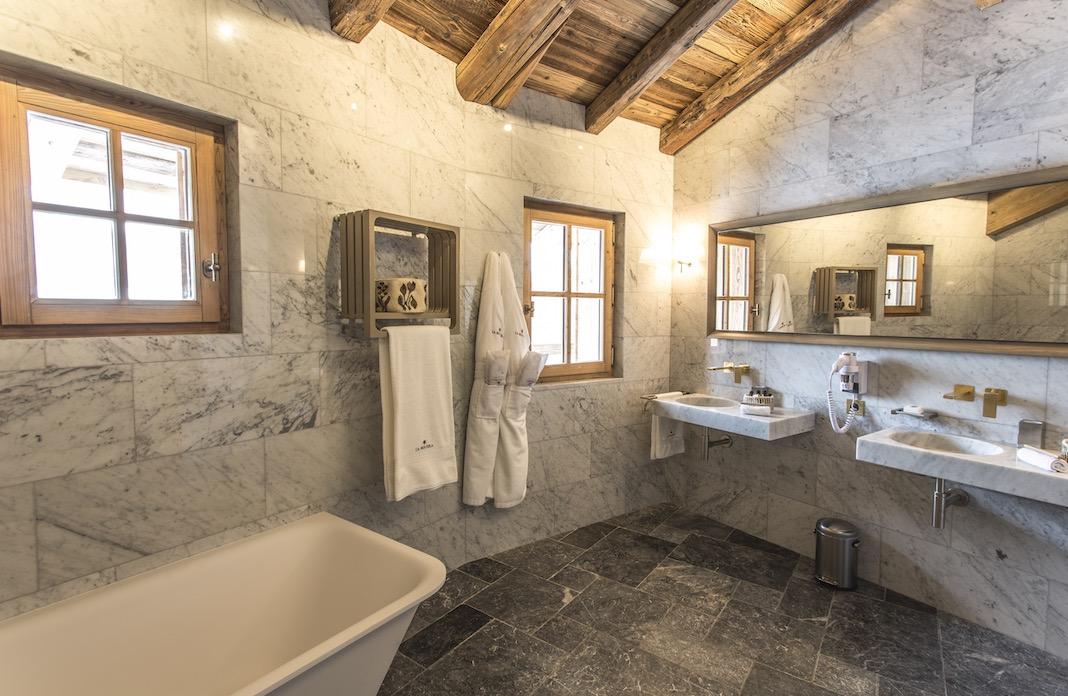 Une salle de bains habillée de pierre et de bois dans une déco chalet