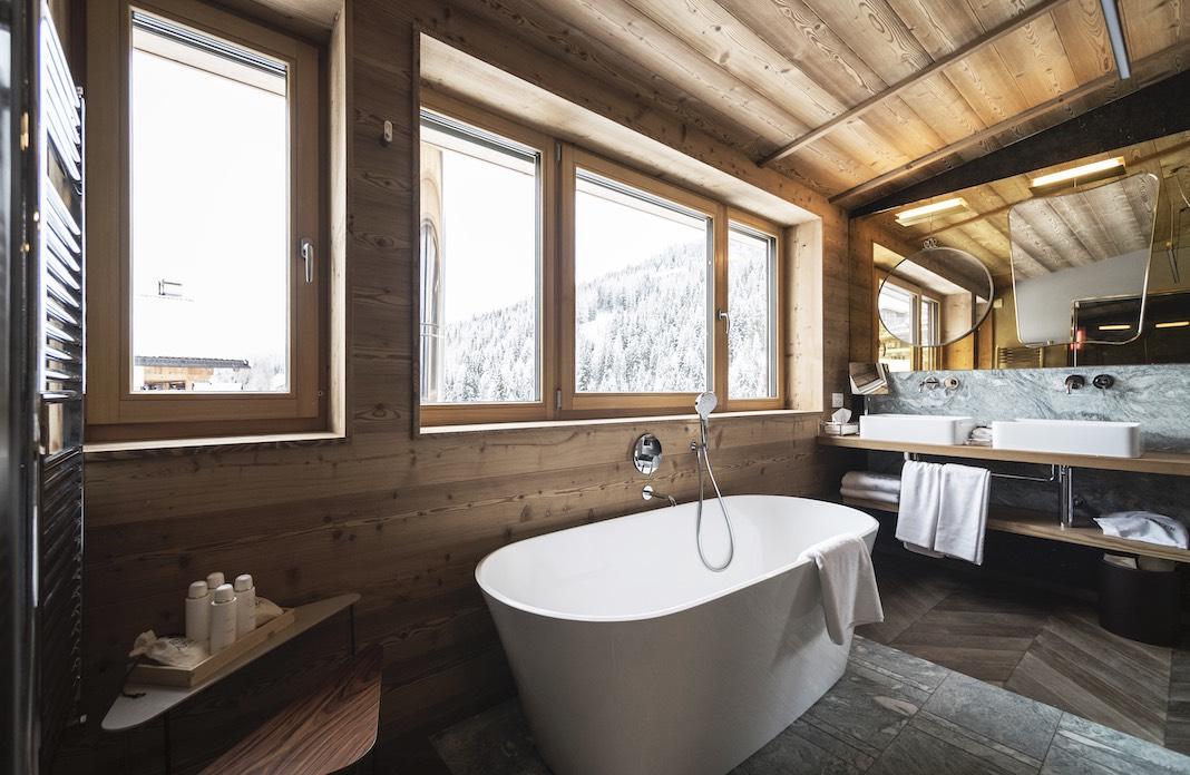 Baignoire ilot dans une salle de bains décor chalet