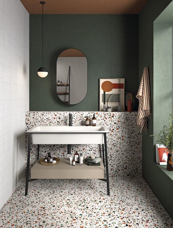 salle de bain avec carrelage sol et muret revêtu de terrazzo