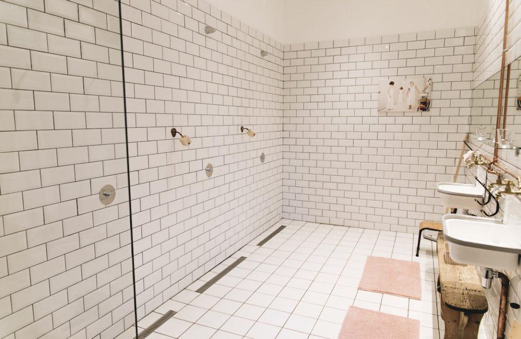Douches ouvertes façon piscine