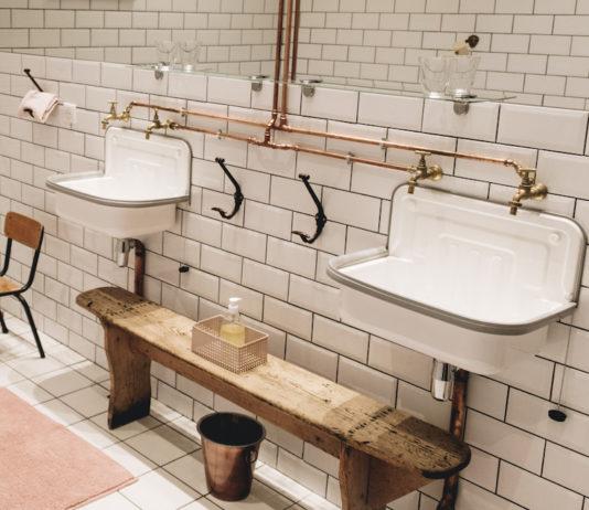 des lavabos en acier émaillé alimentés par des tubes en cuivre apparents