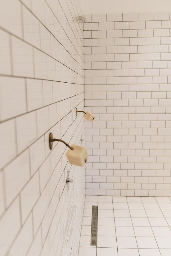 douche à l'italienne habillée de carrelage blanc