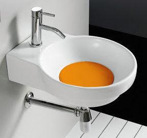 lave-mains blanc avec une bonde orange