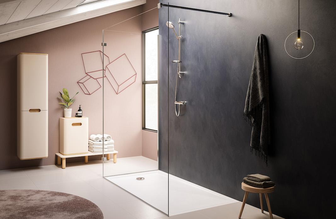 Salle de bains avec receveur blanc encastré devant un mur noir