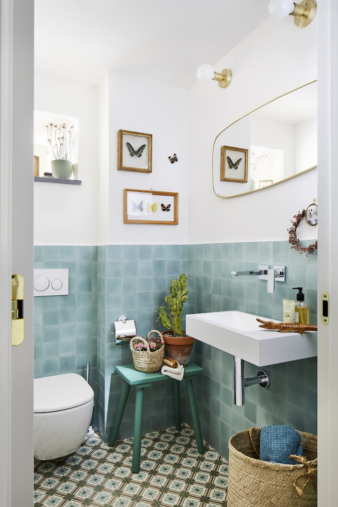 toilettes avec carrelage bleu en soubassement