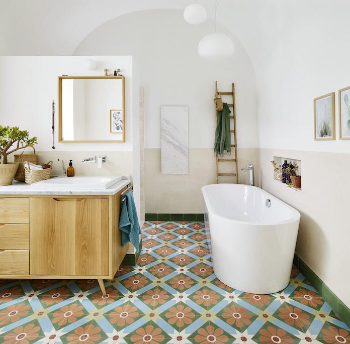 salle de bains avec carreaux de ciment et baignoire ilot