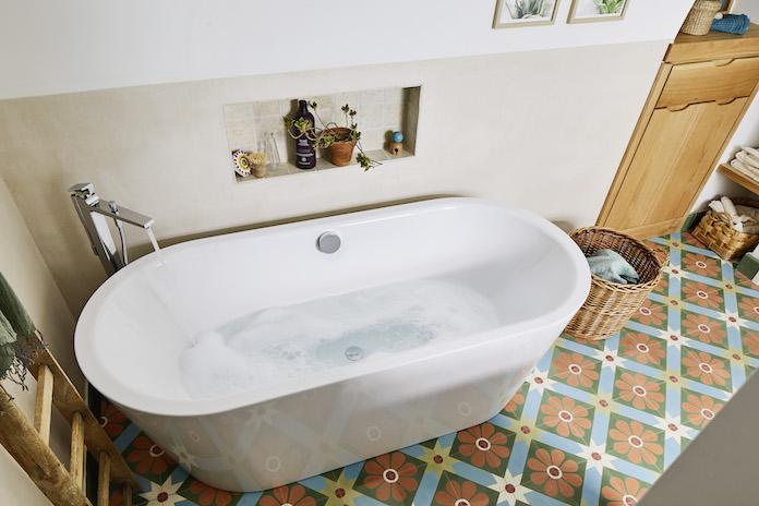 baingoire ilot ovale sur sol en carreaux de ciment