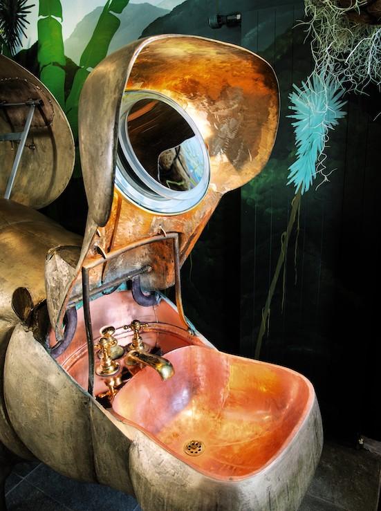 le lavabo dans la gueule ouverte de la baignoire hippopotame de lalanne