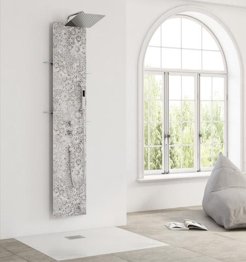 colonne de douche intégrant un panneau à motif de style marocain